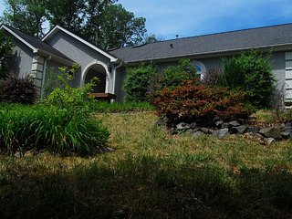 Classy, artistic home in a rural, Asheville