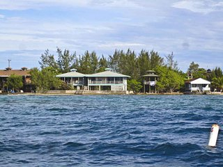 Slumberland beachfront villas - 1st class diving., Utila