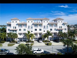 Luxurious, Family Beach Home w/Rooftop Terrace, Clearwater