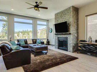 Luxury Single Family Home-WoW Views-Free Shuttle-Lg Hot Tub/Pool Table-Sleeps 14