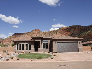 Grand Circle, NEWLY built Vacation home. AMAZING views & amenities! wifi, pool, Kanab