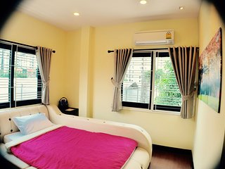 Book 1 single (ensuite) FREE 1 single / BTS / WiFi, Bangkok