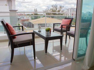 Chic 3 BR Designer Apt*- AC, Parking, Balcony