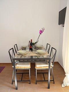 livingroom. table for four + 32' led tv