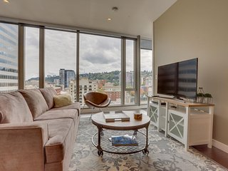 Luxury downtown condo w/ floor-to-ceiling windows & great views - dog friendly!, Portland