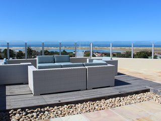 The upstairs sundeck, perfect for whiling away the hours!