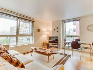 Stylish condo with modern decor, a rooftop terrace & gym - dogs OK!