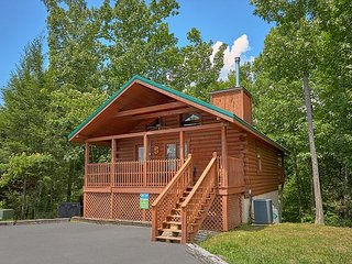 2 Bedroom Cabin with Hot Tub, 2 miles from Downtown Gatlinburg