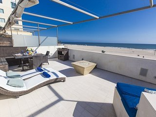 Santa Monica Oceanfront Designer Town Home with Roof Deck
