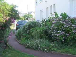 Le parking, dans le jardin clos.