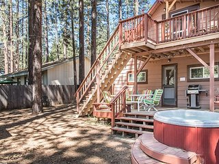 Classic Midtown Tahoe Cabin With Private Hot Tub and 2 Living Areas, South Lake Tahoe