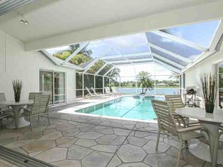 Briarwood Single Story Home w/Pool/Spa- Enjoy Amazing Lake Views from Lanai