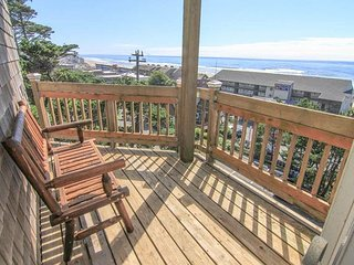 Panoramic Views and Steps Away to Kyllos and Beach Access!, Lincoln City