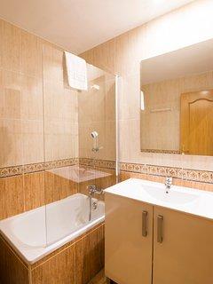 Cuarto de baño (lavado y ducha) / Bathroom (sink and shower)
