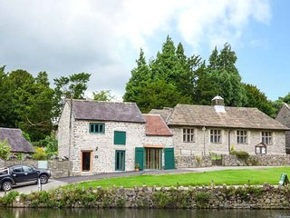 FIRE BRIGADE BARN, one bedroom, WiFi, pet-friendly, in Tissington, Ref 932417