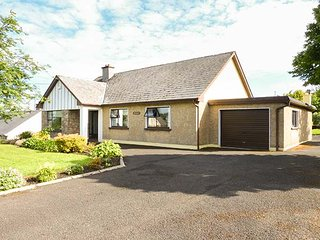 GARRYVOE, ground floor accommodation, off road parking, open fires, in Letterken