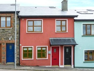AOIBHNEAS, romantic and spacious ground floor apartment, close to shops and pubs