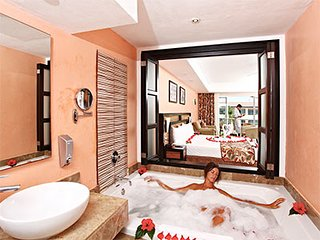 Jacuzzi in the riviera suite with 2 double beds.