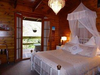 Wisteria Suite Queen Spa Suite