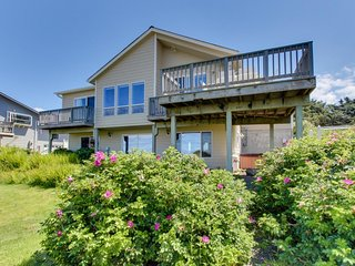 Comfy oceanfront home w/ private hot tub & gorgeous ocean views!