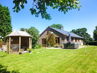 TYNDDOL BUNGALOW, detached, hot tub, woodburner, fantastic views, Llanbadarn-Fyn