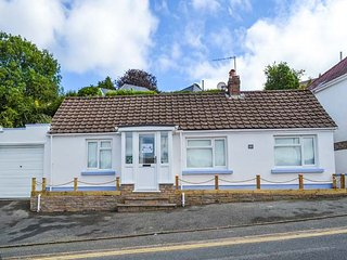 CAPTIVA COTTAGE, all ground floor, dogs welcome, parking, elevated and enclosed patio, in Saundersfoot, Ref 935039