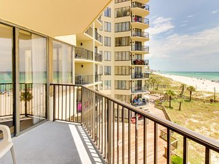 Romantic beachfront getaway w/ocean views, pool access - snowbirds welcome!