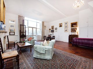 Bright and spacious artist home with one bedroom, and huge courtyard garden in a quiet corner of South Kensington