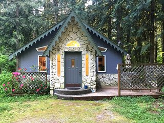 60GS Perfect Cabin for 2 near Mt. Baker with a Private Hot Tub, Glacier