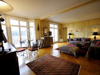 Spacious Palais des Congres apartment in 17eme - Arc de Triomphe with WiFi, balc