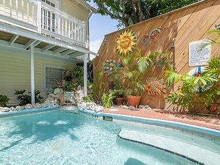 Garden 1 Cozy room blocks from Mallory Square! Pool access and breakfast!, Key West