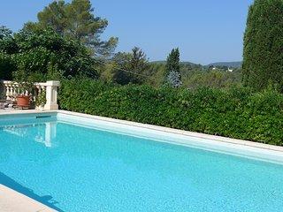 Loue T2 vue dégagée dans villa avec piscine, Grasse