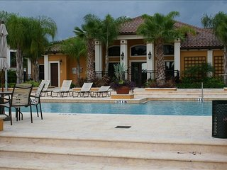5-Star Serenata Luxury Condo Close to Beach