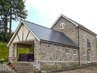 THE OLD MILL, luxury stone-built detached former mill, next to farm, with hot tub, Llandrindod Wells, Ref 915921