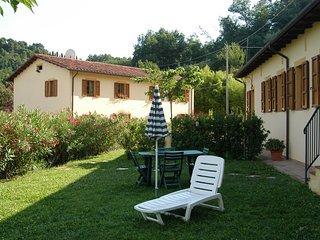 Appartamento con giardino tra viti e olivi.