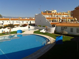 Pueblo Andaluz cerca a la playa, piscina , pista de tenis, Roquetas de Mar
