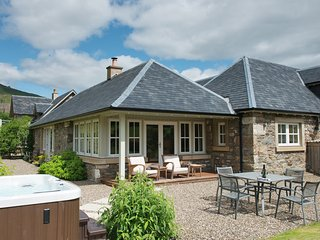 Croftgarrow Steading - Luxury 5 Star cottage with Hot Tub in Idyllic Location