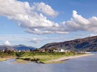 Ealasaid, Ullapool Sea Loch and River View, walking distance to village center