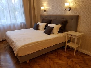 LUXE NEW*2 bed*Sleeps 4*CENTRAL*A/C, Cracovie