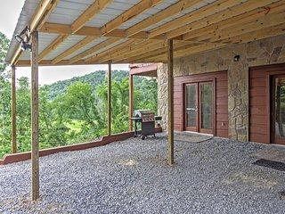 2BR Sevierville Cabin w/ Mountain Views!