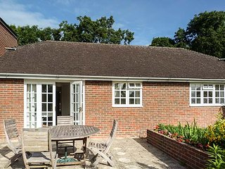 WILLOW COTTAGE, single-storey cottage, rural setting, patio and garden, Bonley R