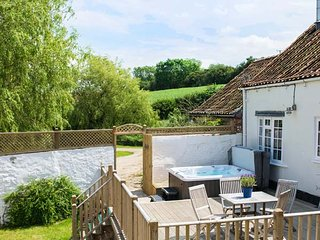 DERWENT COTTAGE, all ground floor, woodburner, parking, decked patio, in Malton,