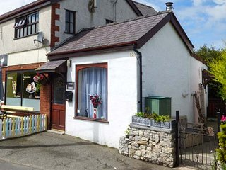 TILLY BA LOU, pets welcome, enclosed patio, woodburner, cosy cottage near walks, in Moelfre, Ref. 922677