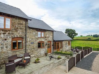 THE STABLES, private patio, WiFi, modern and comfortable, edge of working farmland, near Llanfair Caereinion, Ref. 923846