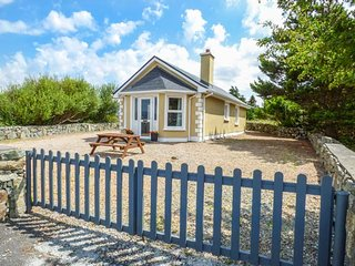 TI SHEAMUIS, detached cottage, woodburner, sea views, in Cashel, Carna, Ref 9284