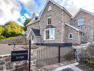 RHODEWOOD LODGE, detached, en-suites, woodburner, hot tub, spacious grounds, in Saundersfoot, Ref 930473