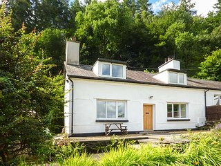 2 YSGUBOR GERRIG, semi-detached, woodburner, private patio, WiFi, in Trefriw, Ref 932576