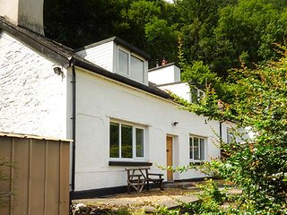 2 YSGUBOR GERRIG, semi-detached, woodburner, private patio, WiFi, in Trefriw