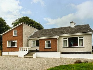 BRADOGUE, detached cottage, open fire, pet-friendly, parking, gardens, Curracloe