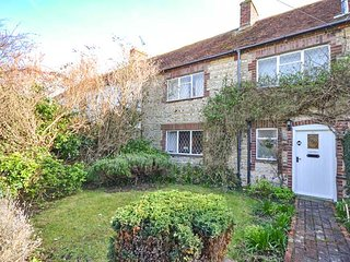 SEA PINKS, mid-terrace cottage, close to beach and amenities, with off road parking and WiFi in Selsey, Ref 936422